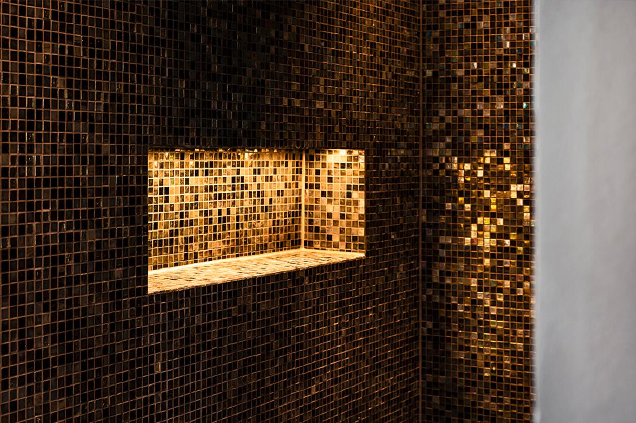 Bukoll Bäder und Wärme, Dießen am Ammersee, Referenzen, Familienbad, freistehende Wanne, Mosaik Fliesen, beleuchtete Nische