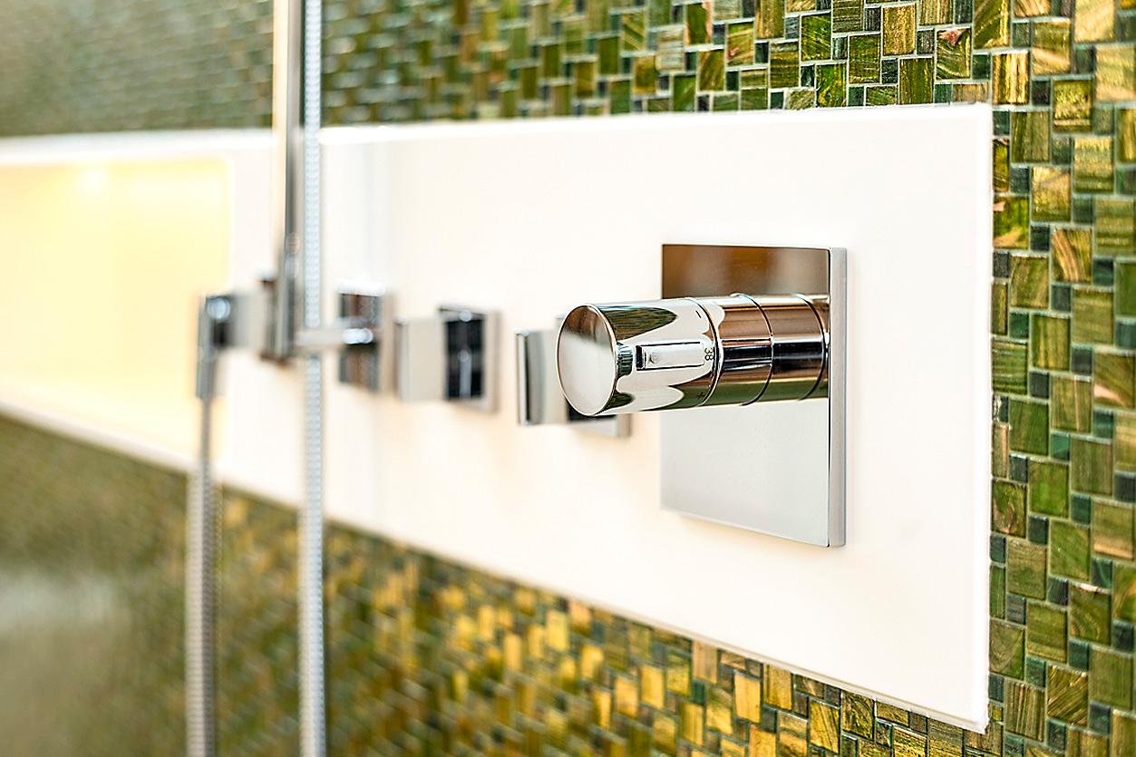 Bukoll Bäder und Wärme, Dießen am Ammersee, Referenzen, Dachbad, Tapete, freistehende Wanne, Dusche, Mosaikfliesen, gold und grün,