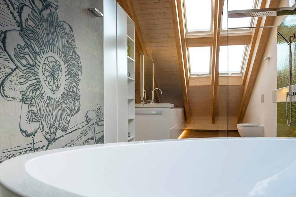 Bukoll Bäder und Wärme, Dießen am Ammersee, Referenzen, Dachbad, Tapete, freistehende Wanne, Dachfenster