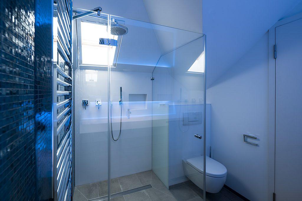 Bukoll Bäder und Wärme, Dießen am Ammersee, Referenzen, kleines Bad in blau, Regendusche, Spiegelfront, Waschtisch, Bad für Jugendliche