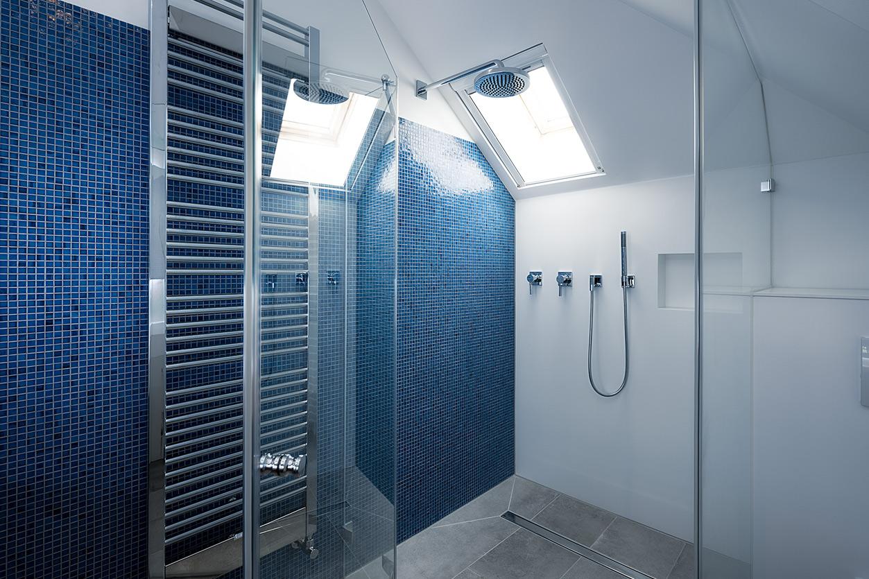 Bukoll Bäder und Wärme, Dießen am Ammersee, Referenzen, kleines Bad in blau, Regendusche, Spiegelfront, Waschtisch, Bad für Jugendliche,