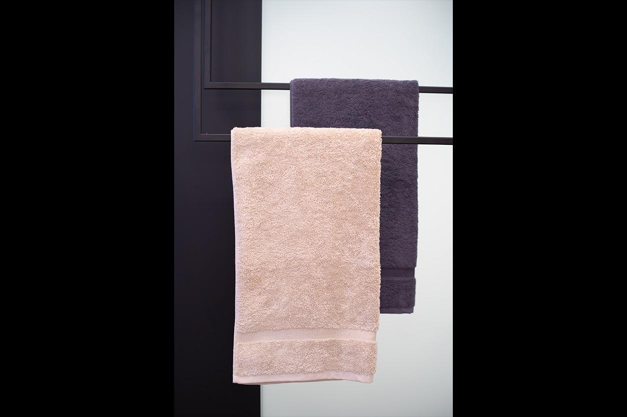 kleines-bad-bukoll-blaues-bad-handtuchhalter-decke