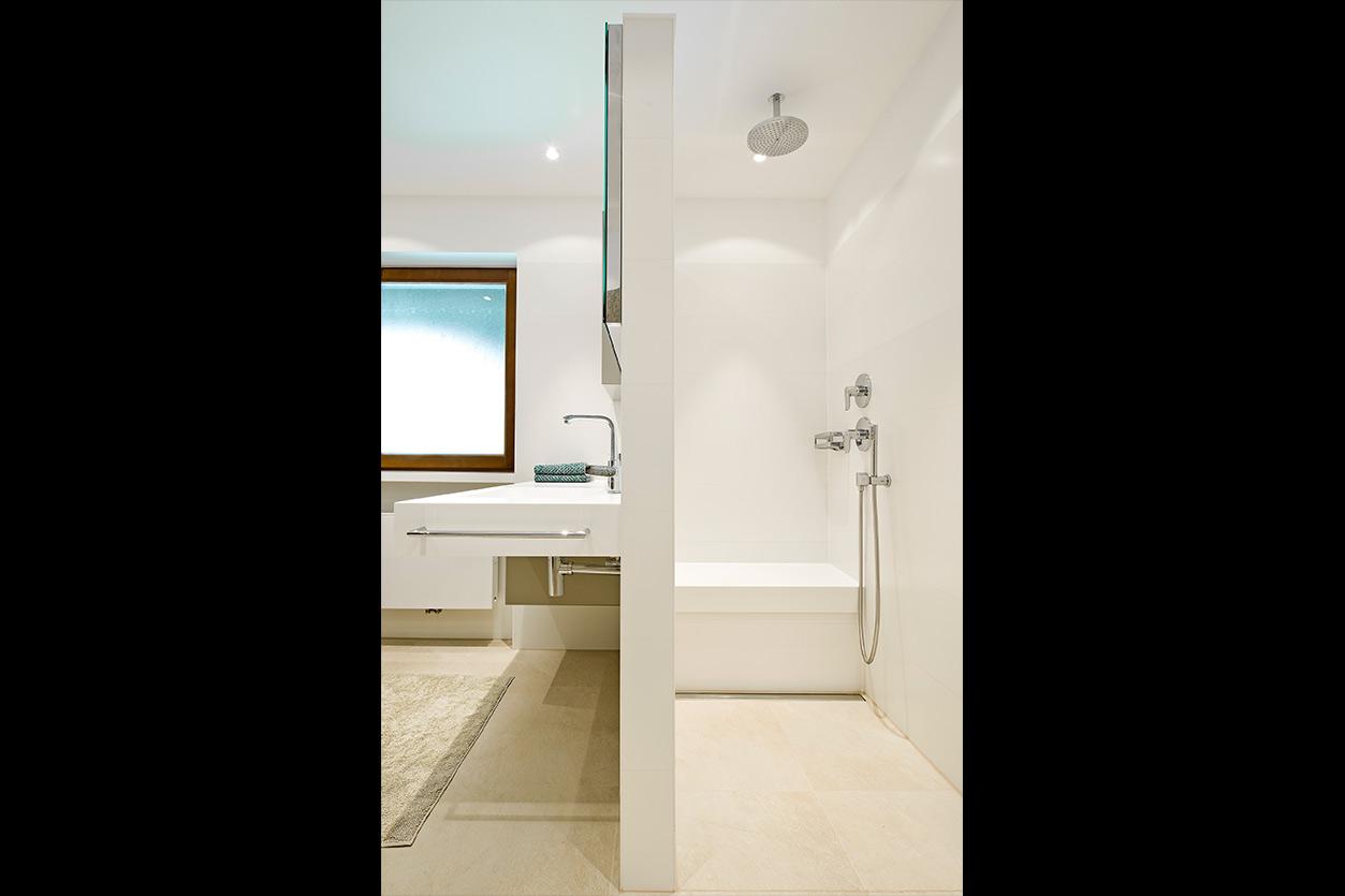 baden-in-gold-bukoll-getrennter-duschbereich