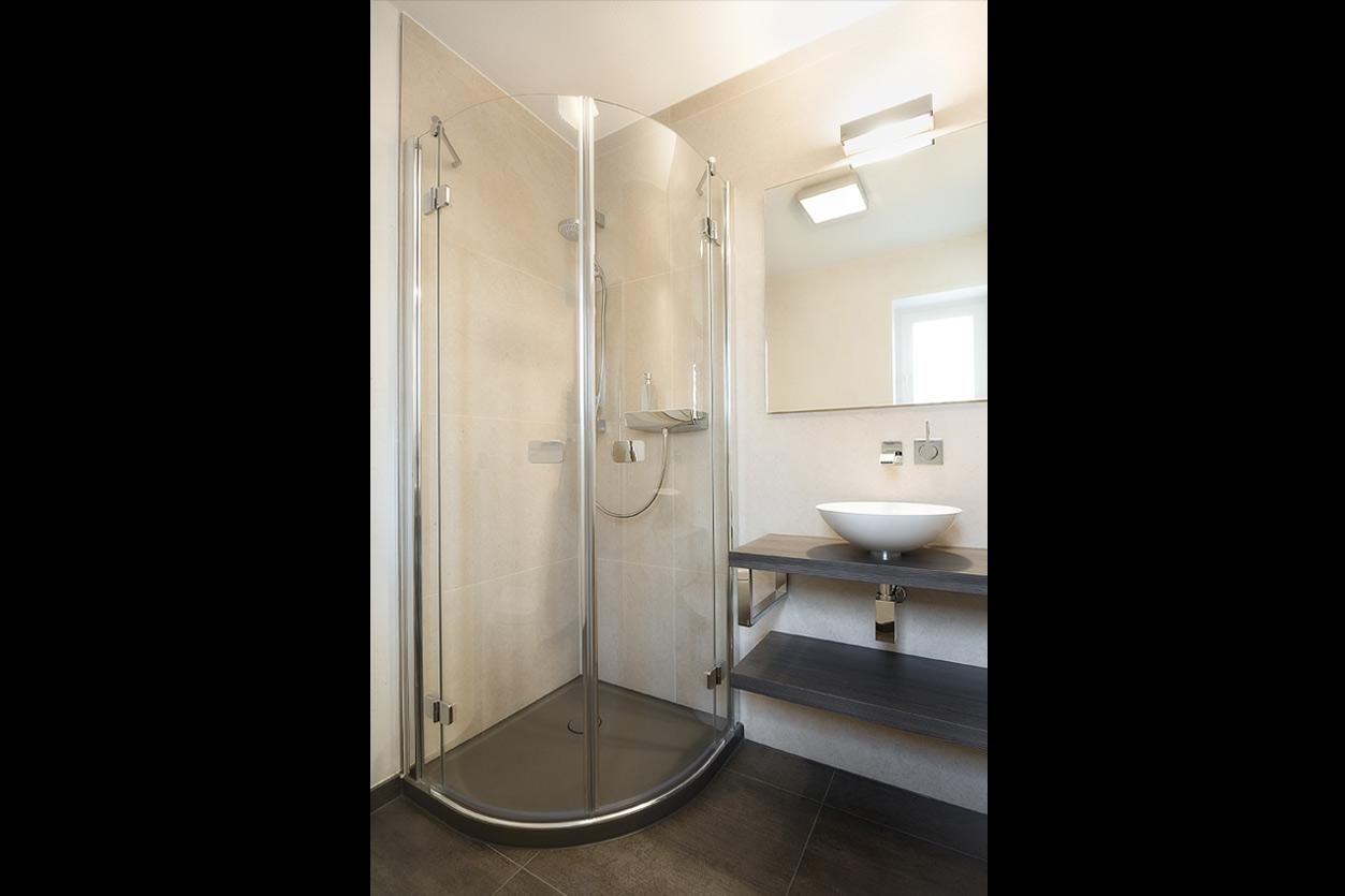 gaestebad-ton-in-ton-bukoll-duschbereich