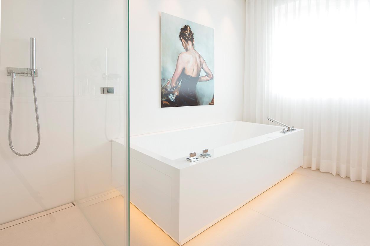 traum-in-weiss-bukoll-bad-schwebende-badewanne-dusche