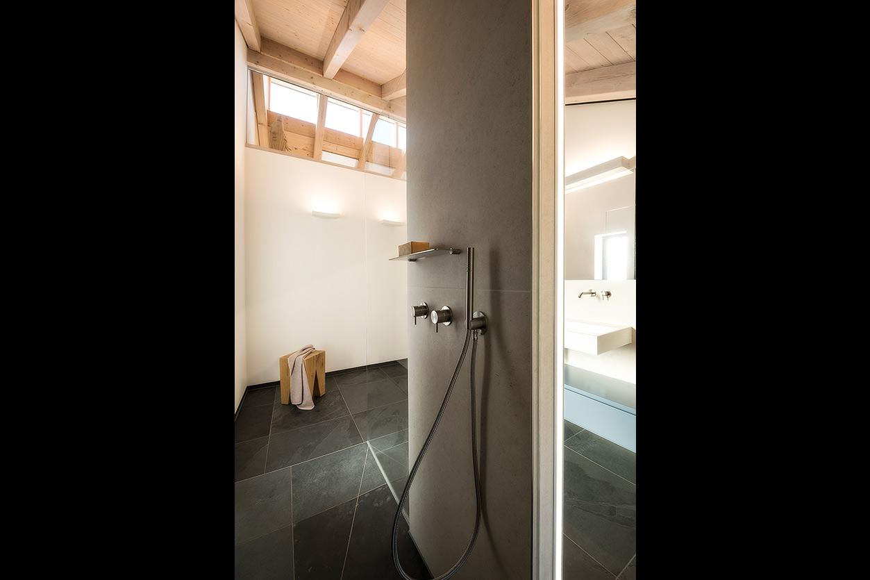 weiss-und-matt-im-bad-bukoll-duschbereich
