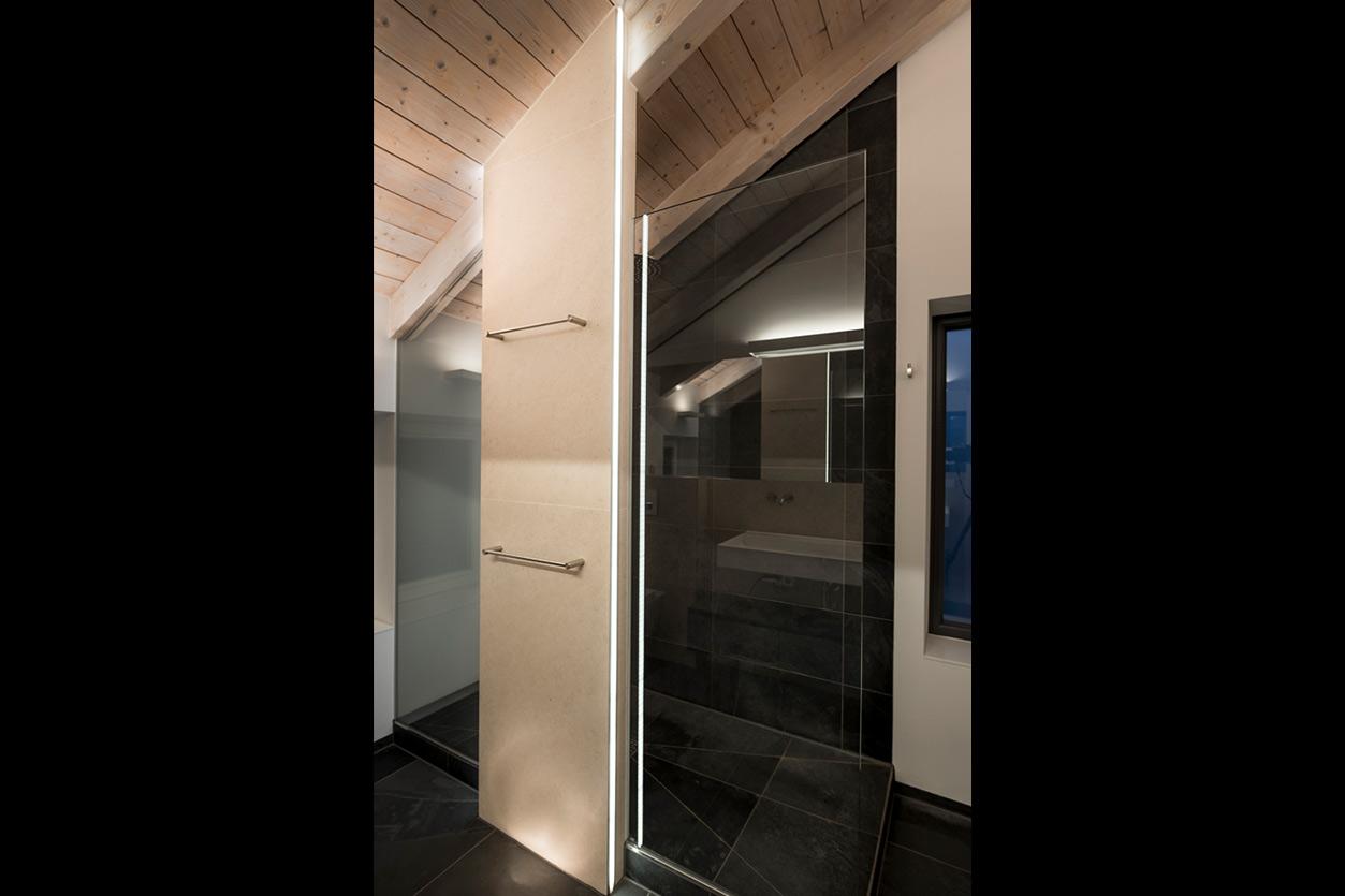 weiss-und-matt-im-bad-bukoll-duschbereich-lichtleiste