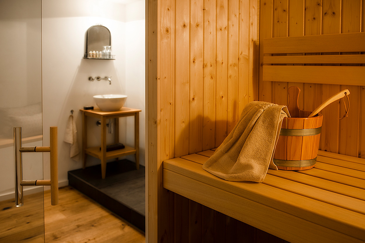 wellnessbad-bukoll-bad-mit-sauna-holz